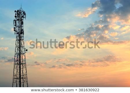 Telefone móvel radiodifusão torre imagem mão céu Foto stock © w20er