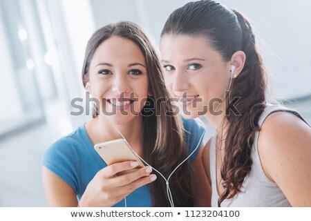 twee · meisjes · luisteren · mp3-speler · leuk · portret - stockfoto © is2
