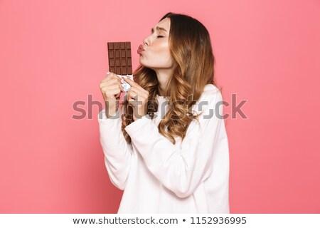 ストックフォト: 肖像 · 幸せ · 若い女性 · キス · チョコレートバー · 孤立した