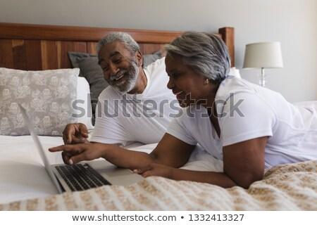 Widok z boku szczęśliwy starszy para za pomocą laptopa Zdjęcia stock © wavebreak_media