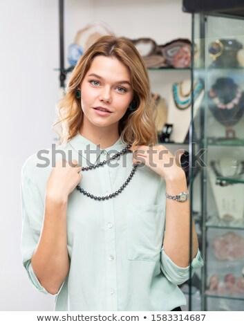 Jonge vrouw ketting winkel assistent helpen vrouw Stockfoto © Kzenon