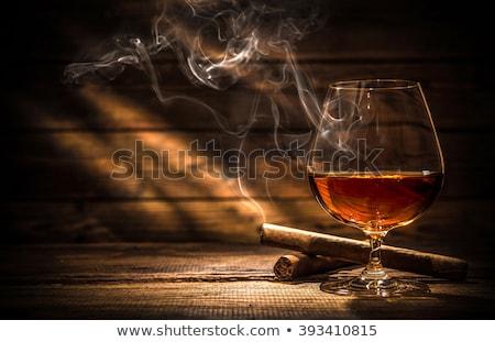 Szkła whisky palenia cygara ciemne drewniany stół Zdjęcia stock © Illia