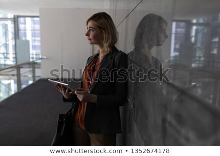 Vista laterale giovani imprenditrice Foto d'archivio © wavebreak_media