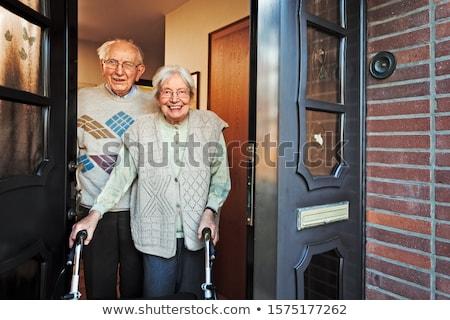 Voordeur groet senior vrouw handen schudden huis Stockfoto © Edbockstock