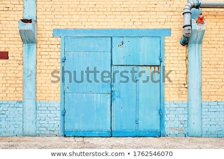 Kentsel tuğla paslı kapı kırık tuğla duvar Stok fotoğraf © klsbear