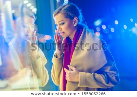 Fiatal nő néz bolt kirakat elvesz ékszerek Stock fotó © HASLOO