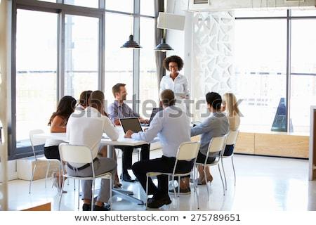 Pequeño grupo casual jóvenes pie junto Foto stock © feedough