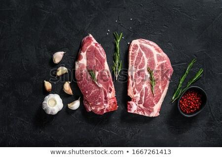 Friss nyers disznóhús vágódeszka adag gyógynövények Stock fotó © dariazu