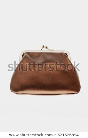 Открыла сумочку достала кошелек закрыла