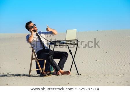 empresario · usando · la · computadora · portátil · desierto · de · trabajo · portátil · tecnología - foto stock © master1305