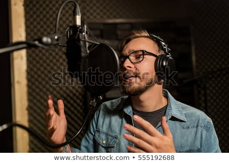 ストックフォト: 男 · ヘッドホン · 歌 · 音楽 · を見る