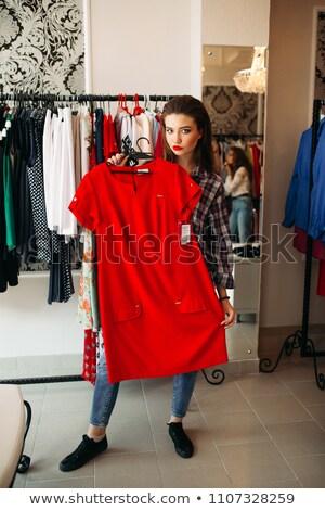 Stock fotó: Gyönyörű · nő · tart · mutat · kamera · vörös · ruha · gyönyörű
