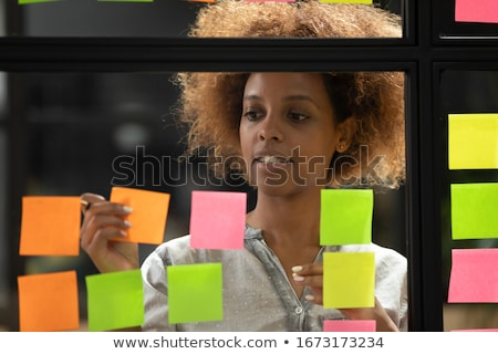 Stockfoto: Jonge · creatieve · professionele · leider · post-it · merkt