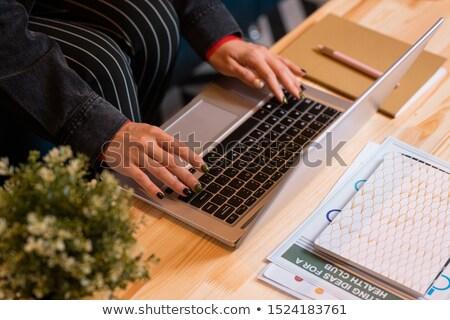手 小さな カジュアル 女性 従業員 アナリスト ストックフォト © pressmaster