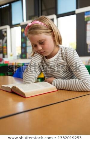 Seitenansicht Schülerin halten Kopf Lesung Stock foto © wavebreak_media