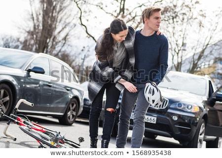 Niezawodny młody człowiek pomoc ranny kobieta czeka Zdjęcia stock © Kzenon