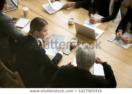 ügyvéd csapatok tárgyal megállapodás számítógépek könyvek Stock fotó © Kzenon