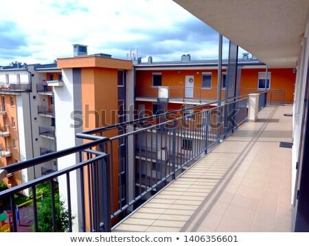 Apartamento varanda edifício moderno tribunal casa árvore Foto stock © iriana88w