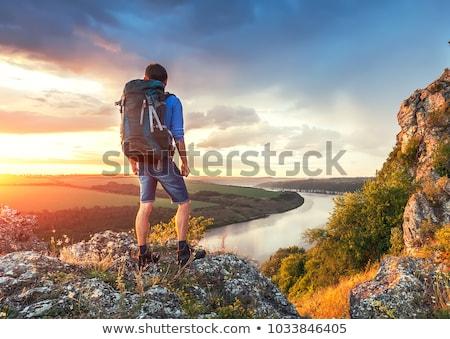 Permanente mannen naar mooie berg Stockfoto © denbelitsky