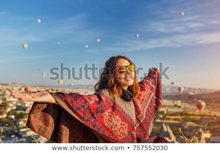 Gelukkig reiziger meisje naar kaart zoeken Stockfoto © Anna_Om