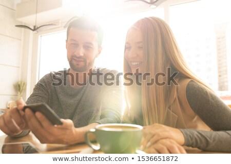 Mooie jonge vrouw vriendje naar online smartphone Stockfoto © pressmaster