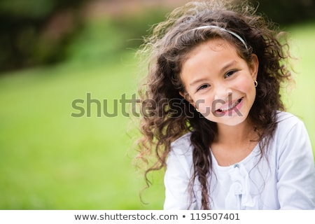Jong meisje gras groen gras zomer meisje glimlach Stockfoto © elenaphoto