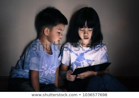 Foto stock: Irmãos · assistindo · comprimido · tela · juntos · luz