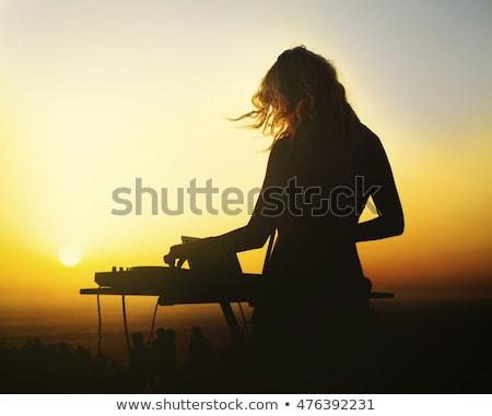 美しい · 若い女性 · 音楽を聴く · ヘッドホン · ステージ · ライト - ストックフォト © lithian