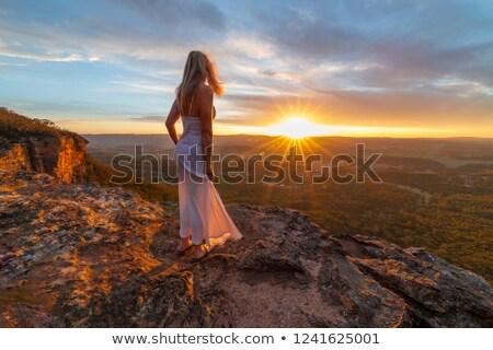 Kadın izlerken günbatımı gizlenmiş uçurum muhteşem Stok fotoğraf © lovleah