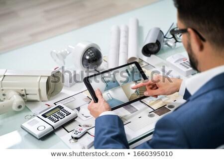 Személy néz filmfelvétel tabletta biztonsági felszerelés kilátás Stock fotó © AndreyPopov