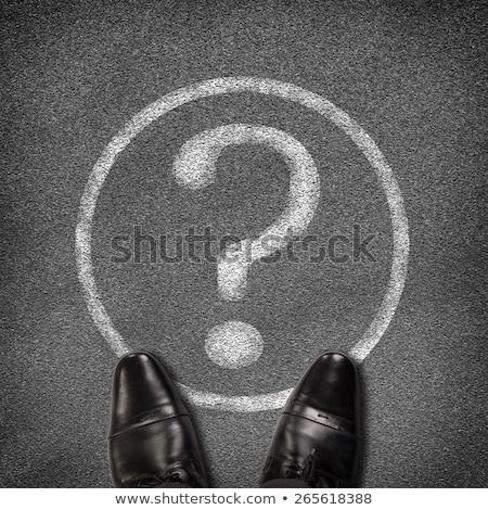 Schoenen permanente asfalt weg cirkel vraagteken Stockfoto © cherezoff