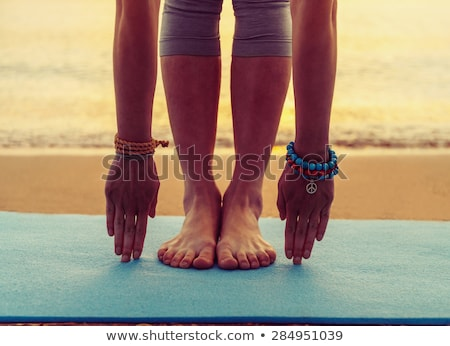 tapete · de · yoga · vista · lateral · sorridente · jovem - foto stock © LightFieldStudios