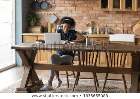 濃縮された 小さな 女性 座って キッチン 画像 ストックフォト © deandrobot