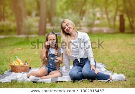 familie · park · picknick · lachend · gras · kind - stockfoto © monkey_business
