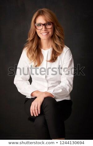Souriant brunette dame posant heureux femme Photo stock © oleanderstudio