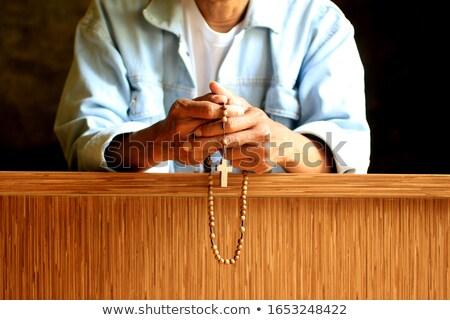 Kéz tart rózsafüzér póz imádkozik kérdez Stock fotó © zurijeta
