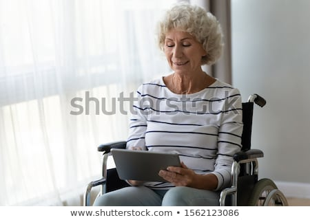 idős · nő · orvos · táblagép · kórház · gyógyszer - stock fotó © lightfieldstudios