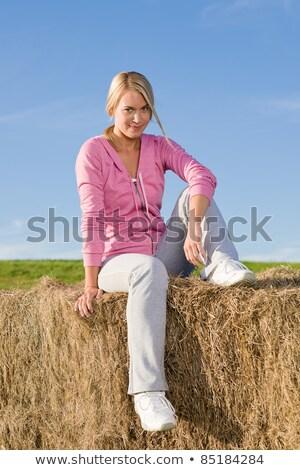 Ragazza donna seduta fieno bale madre Foto d'archivio © IS2