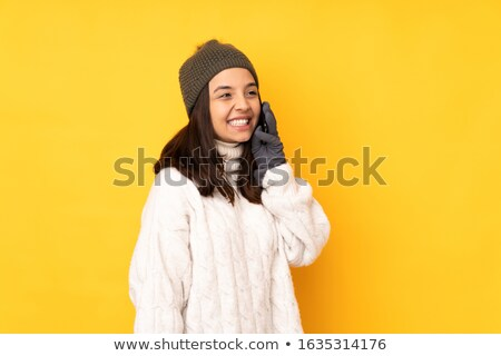 Stockfoto: Gelukkig · vrouw · winter · hoed · roepen · smartphone