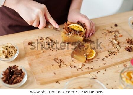 Ręce kobiet cięcie wykonany ręcznie mydło bar Zdjęcia stock © pressmaster