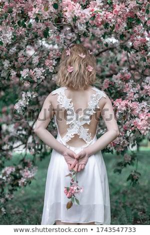 sonriendo · mujer · rubia · rosas · rojas · hermosa · amor · signo - foto stock © neonshot