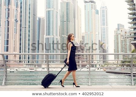 mujer · de · negocios · espera · estación · de · ferrocarril · mujer · teléfono · móviles - foto stock © hasloo