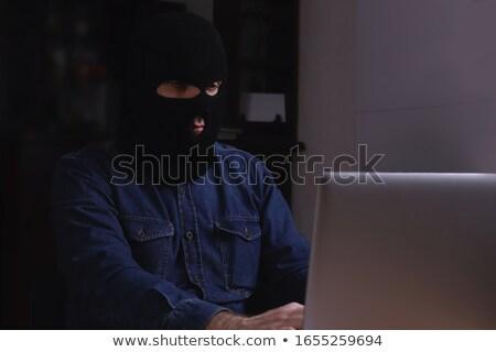 ladrón · ordenador · portátil · oscuridad · datos · robo · de · identidad - foto stock © andreypopov