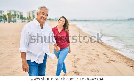 Foto stock: Mulher · caminhada · praia · sorrindo · sorridente · inverno