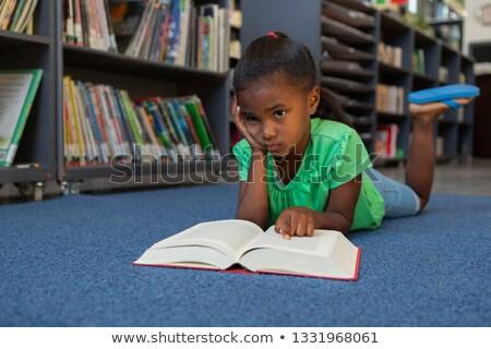 Elöl kilátás figyelmes afroamerikai iskolás lány olvas Stock fotó © wavebreak_media