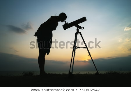 silhouet · vrouw · naar · telescoop · strand · Seattle - stockfoto © HdcPhoto