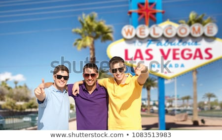 счастливым друзей указывая Лас-Вегас знак путешествия Сток-фото © dolgachov