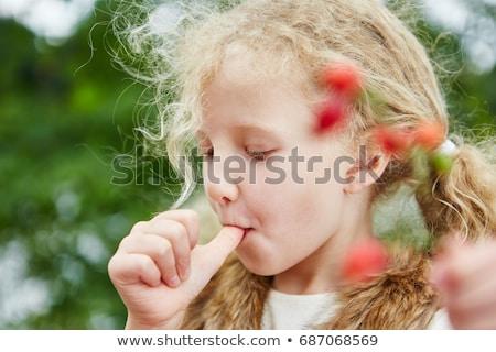 ストックフォト: 少女 · 親指 · 木材 · 皮膚 · 暗い · カーペット