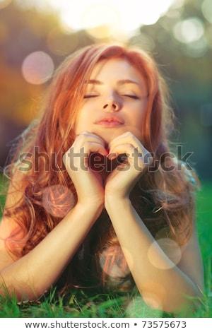 Vrouw groen gras hart zomer glimlach gelukkig Stockfoto © OleksandrO