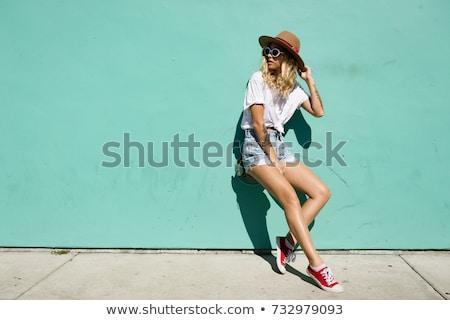 Jonge vrouw jeans shorts witte blouse Stockfoto © acidgrey